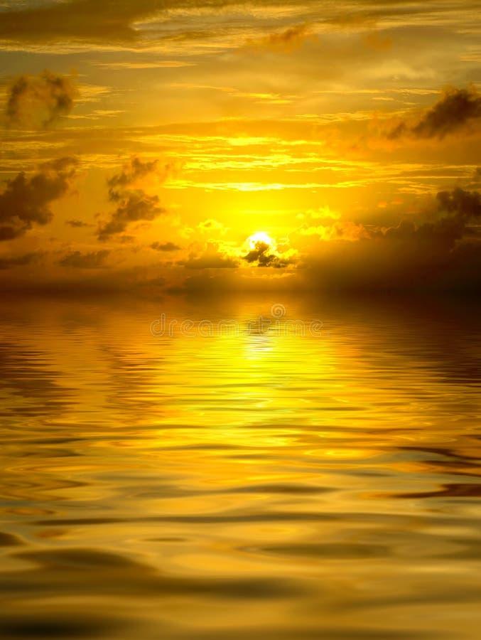 Goldener Sonnenuntergang stockfoto