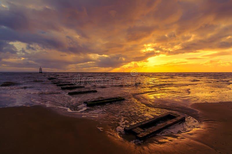 Goldener Sonnenuntergang auf Crosby-Strand, Liverpool, England, Großbritannien stockbild