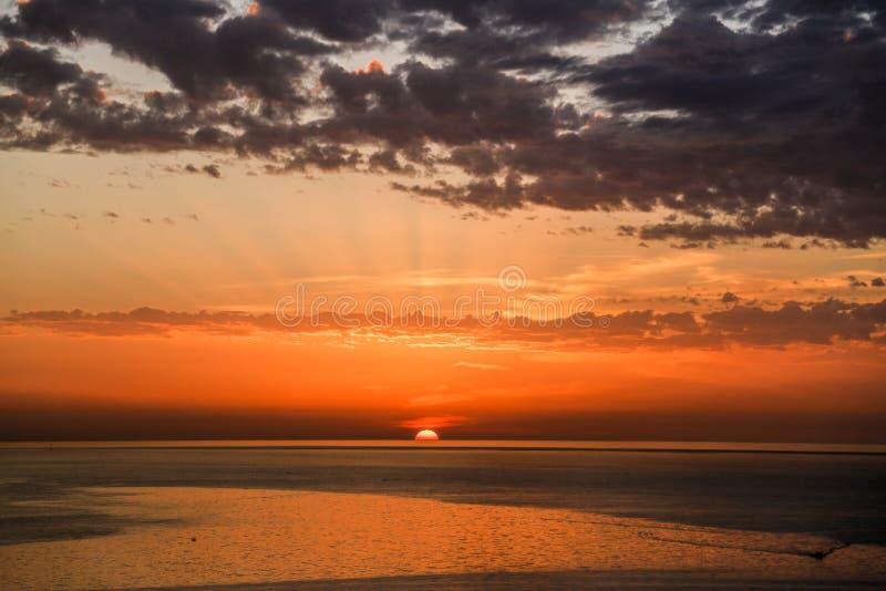 Goldener Sonnenuntergang auf dem Ufer des Meeres von Gaza-Stadt stockbild