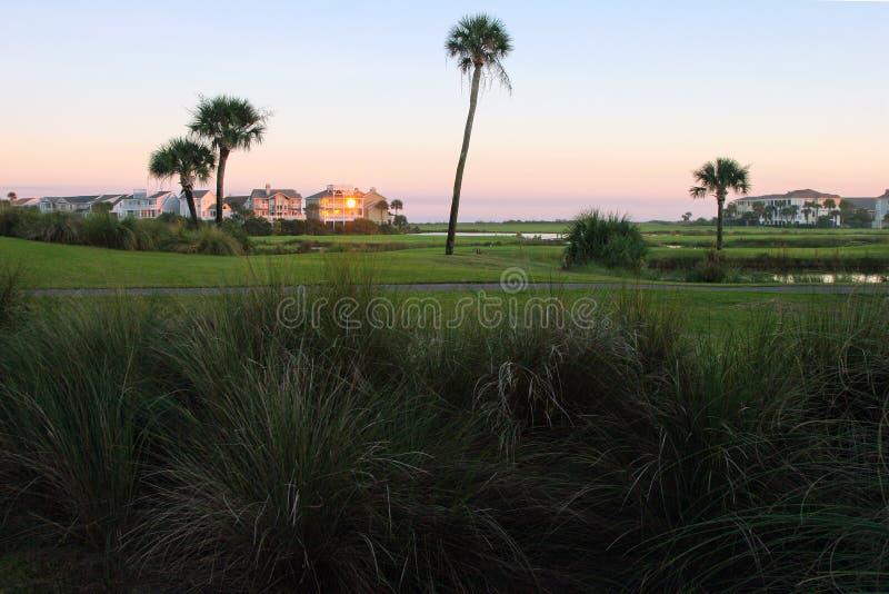 Goldener Sonnenuntergang, Golfplatz, Eigentumswohnungen lizenzfreie stockbilder