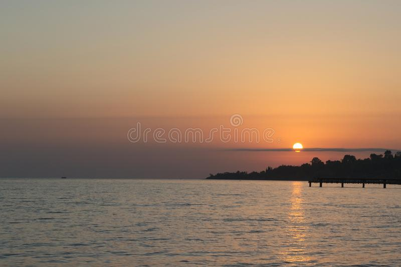 Goldener Sonnenuntergang in Meer stockbild