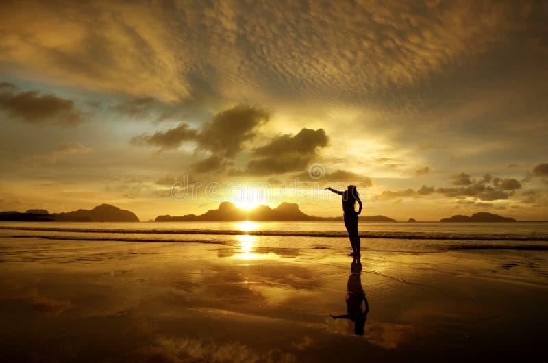 Goldener Sonnenuntergang mit Mädchen auf der Insel von EL Nido, Philippinen lizenzfreies stockfoto