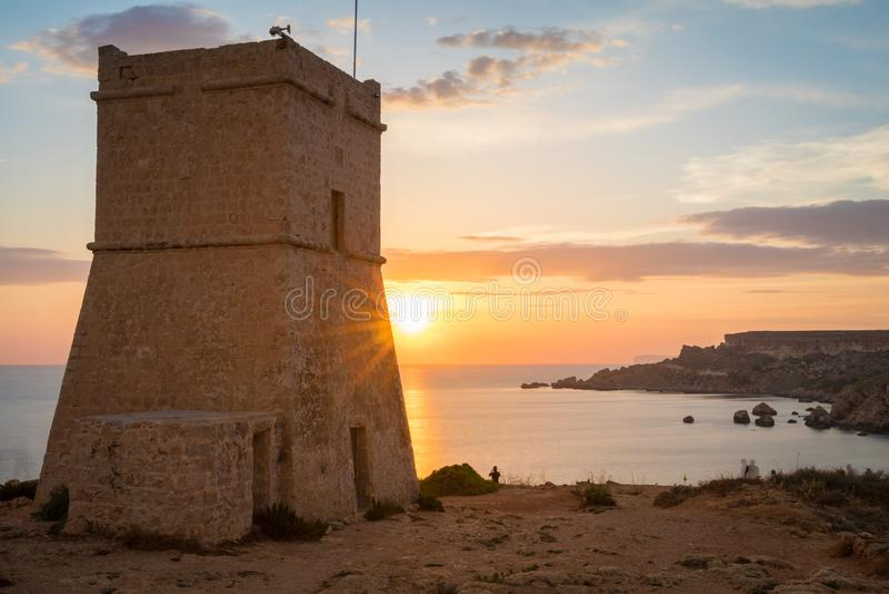 Goldener Sonnenuntergang an Turm Ghajn Tuffieha lizenzfreies stockbild