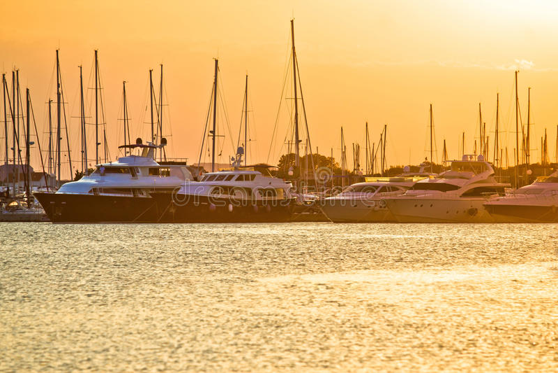 Goldener Sonnenuntergang am Yachtclub stockbilder