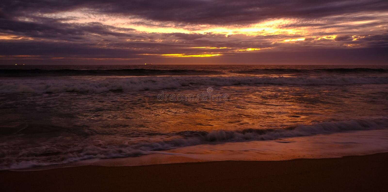 Goldener Strandsonnenuntergang lizenzfreies stockfoto