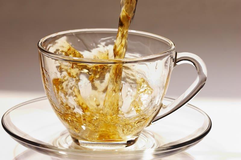 Goldener Strom von Tee 3 lizenzfreie stockfotos