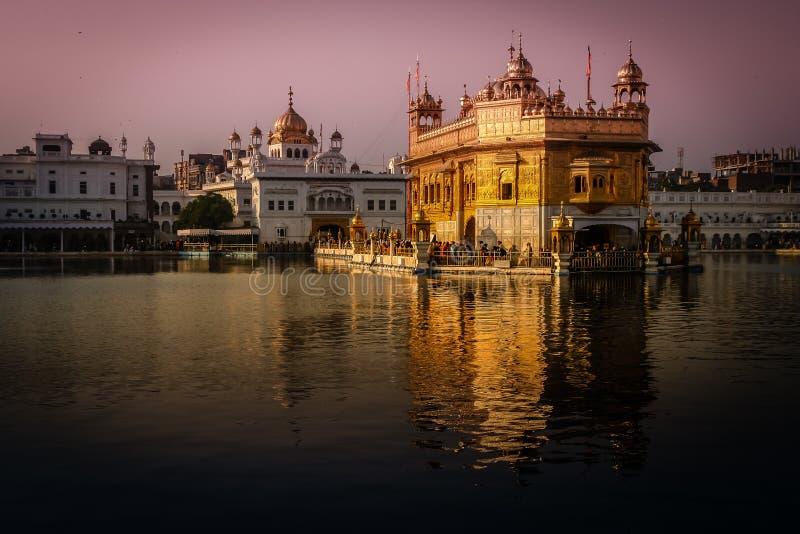 Goldener Tempel an der Dämmerung stockfoto
