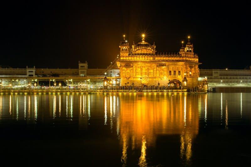 Goldener Tempel Harmandir Sahib nachts in Amritsar lizenzfreie stockfotos