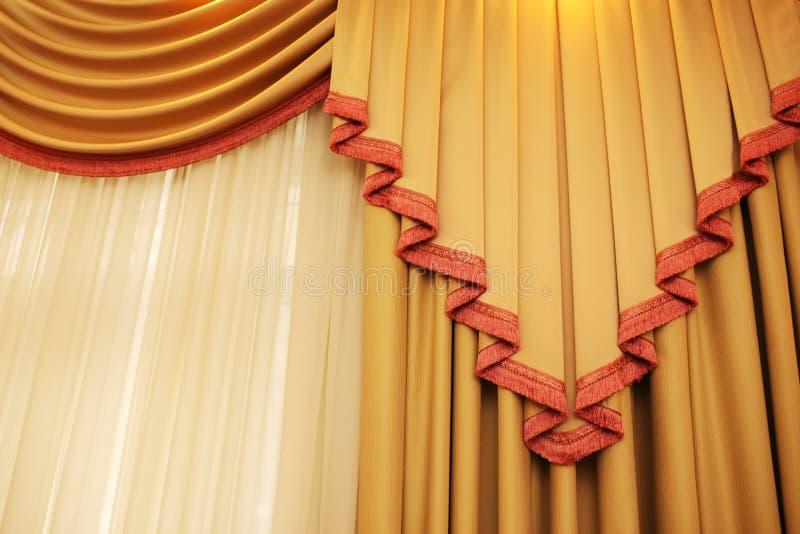 Goldener Trennvorhang stockfotos