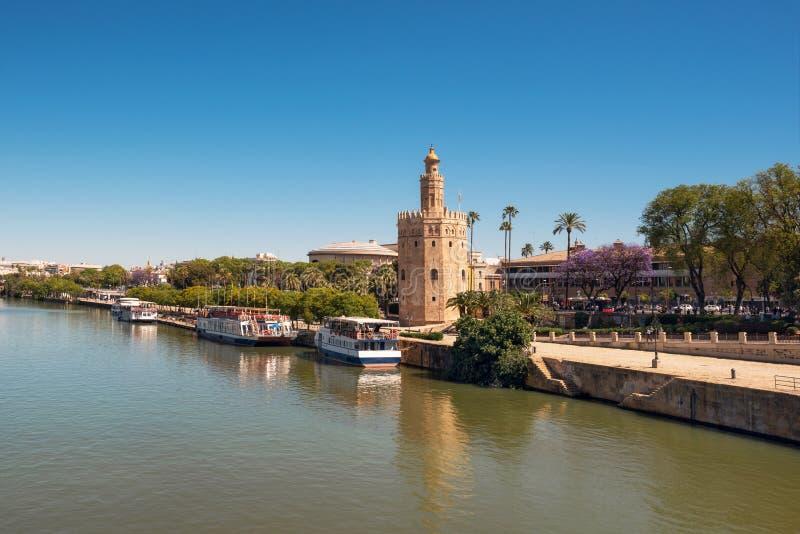 Goldener Turm Torre Del Oro entlang dem Guadalquivir-Fluss, Sevilla Andalusien, Spanien stockbild