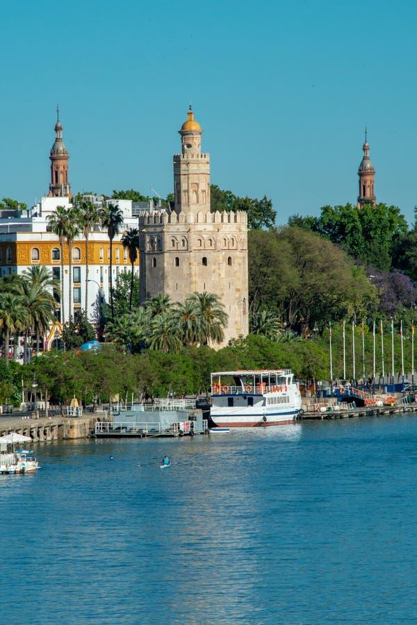 Goldener Turm Torre Del Oro entlang dem Guadalquivir-Fluss in Sevilla an einem schönen Sommertag, Spanien lizenzfreies stockbild