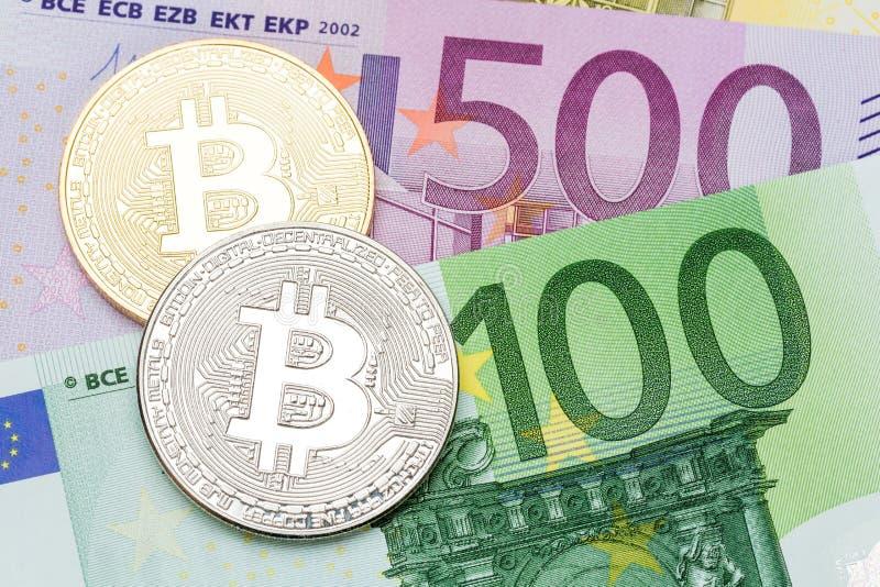 Goldener und silberner cryptocurrency bitcoin Eurohintergrund lizenzfreie stockbilder