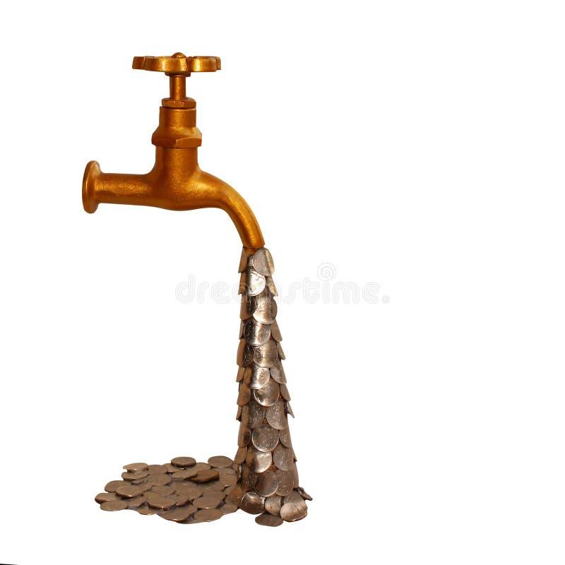 Goldener Wasserhahn lokalisiert auf weißem Hintergrund, ein Strom von Münzen als Symbol des Wachstums stockfotos