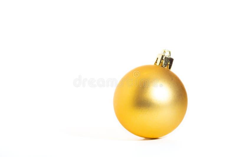 Goldener Weihnachtsball, weißer Hintergrund lizenzfreies stockfoto