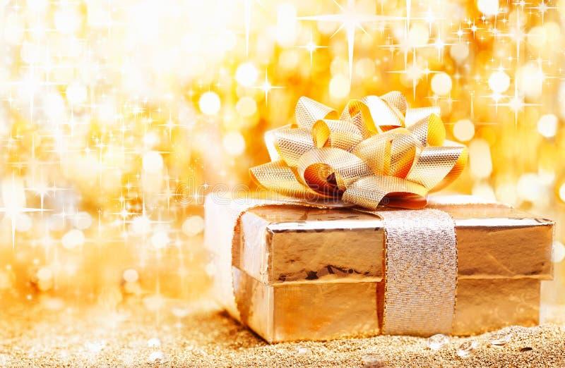 Goldener Weihnachtsgeschenkhintergrund lizenzfreie stockfotos