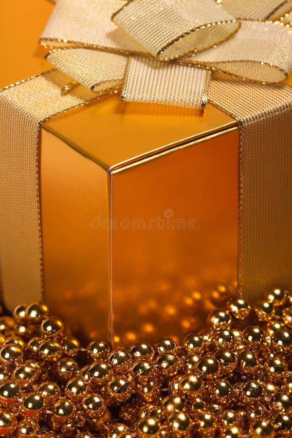 Goldener Weihnachtsgeschenkkasten lizenzfreie stockfotos