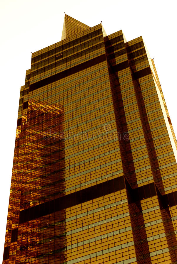 Goldener Wolkenkratzer lizenzfreies stockbild