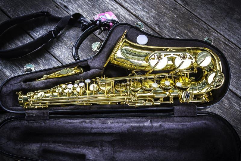Goldenes Altsaxophon im Kasten stockbild