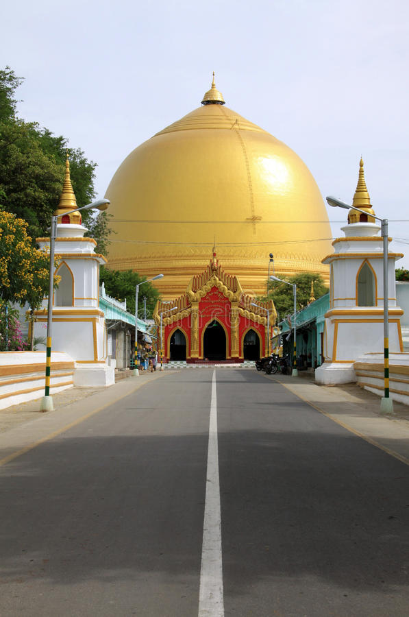 Goldenes aufgerundetes Stupa nahe Mandalay stockfotografie