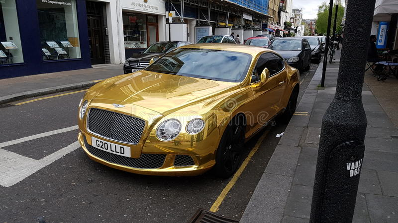 Goldenes Auto stockfotos