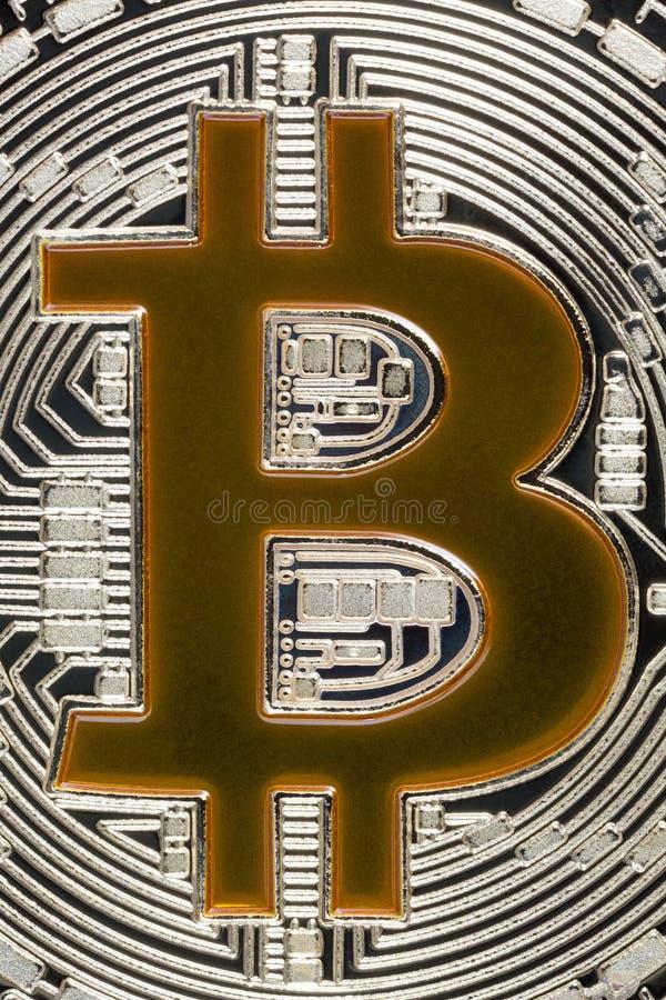 Goldenes B-Einzelteil auf grauem gewundenem Hintergrund Bitcoin stockfoto