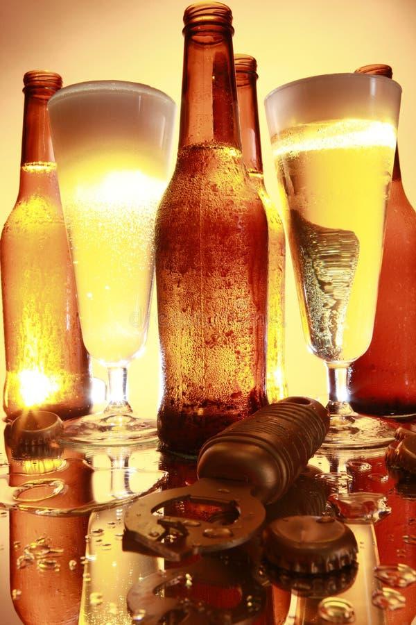Goldenes Bier auf dem Zählwerk stockbilder