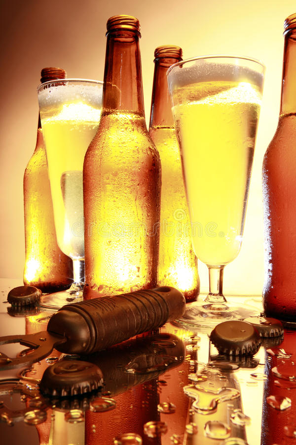 Goldenes Bier auf dem Zählwerk stockbild