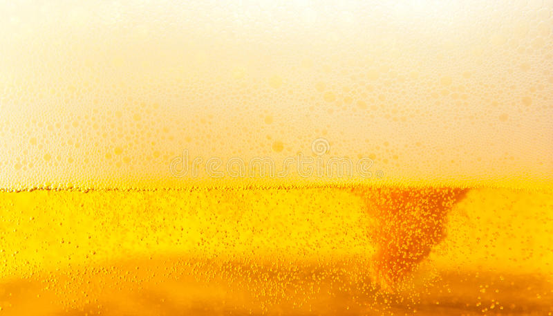 Goldenes Bier mit Schaumgummi lizenzfreies stockfoto