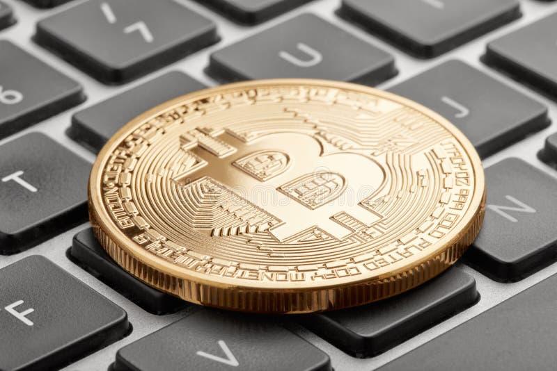 Goldenes bitcoin auf Computertastatur mit schwarzen Schlüsseln lizenzfreie stockfotografie