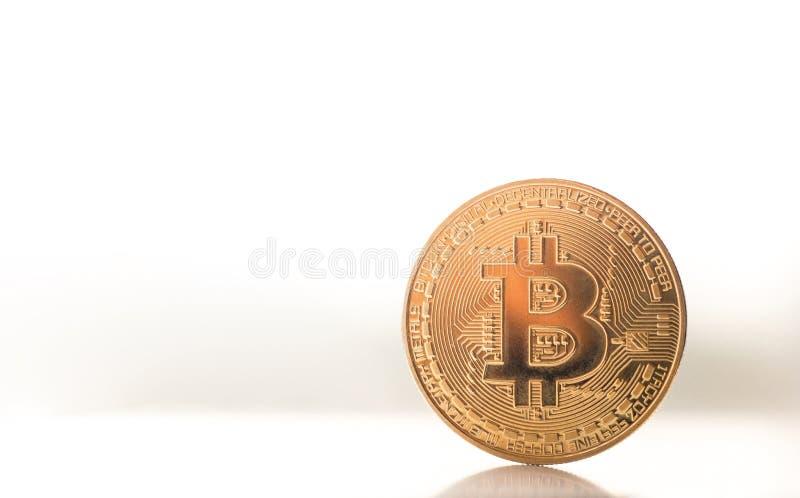 goldenes bitcoin auf Fenster lizenzfreies stockfoto