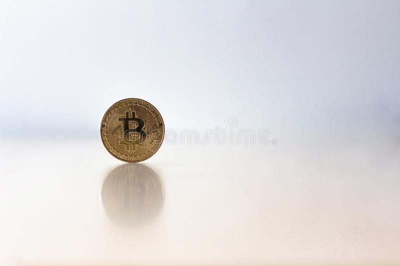 Goldenes bitcoin auf Tabelle mit Kopie sapce, virtuelles cryptocurrency lizenzfreie stockfotos