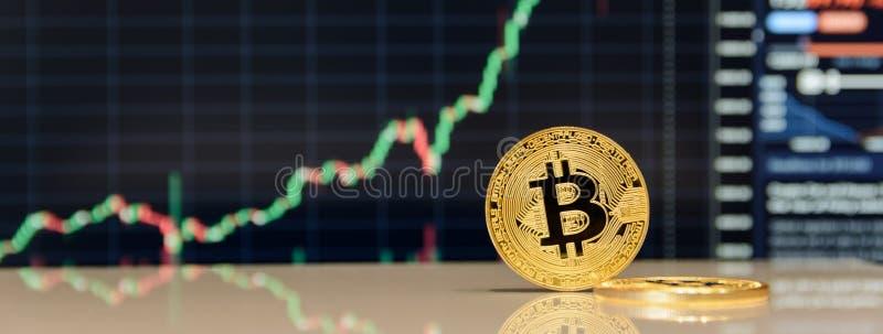 Goldenes bitcoin auf Tastatur des Notizbuches stockbild