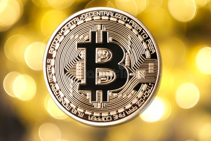 Goldenes bitcoin auf unscharfem hellem Hintergrund lizenzfreies stockbild
