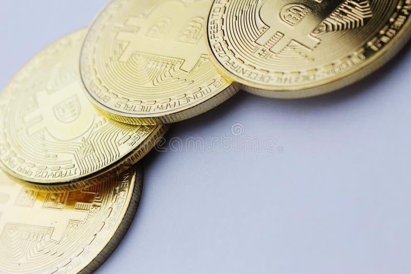 Goldenes bitcoin auf weißem Foto der Hintergrundhohen auflösung lizenzfreie stockfotografie