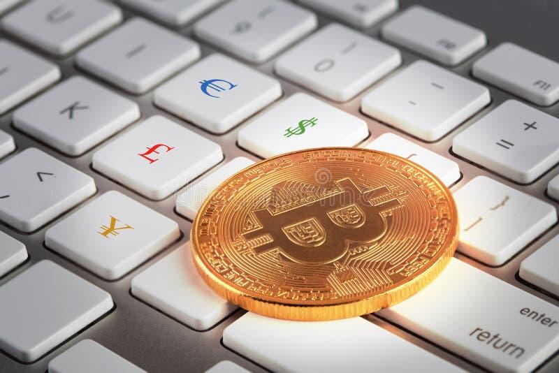 Goldenes Bitcoin auf weißer Tastatur mit Euro, Dollar, Pfund und YenWährungszeichen auf Knöpfen lizenzfreies stockfoto