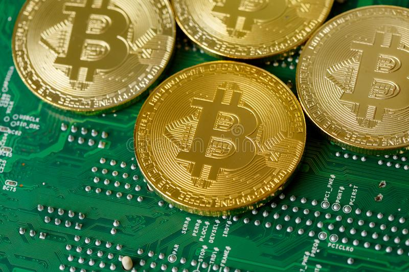 Goldenes Bitcoin Cryptocurrency auf Rechnerschaltungsbrett CPU stockfotos