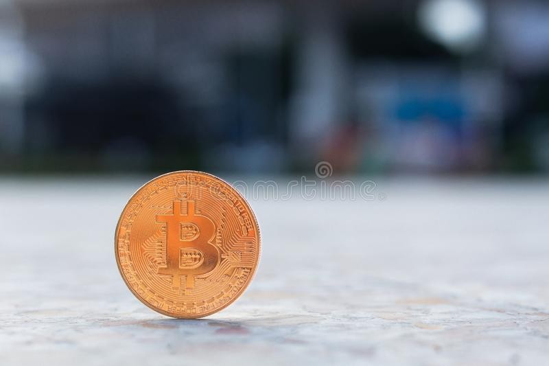 goldenes bitcoin mit Kopienraum stockfotos