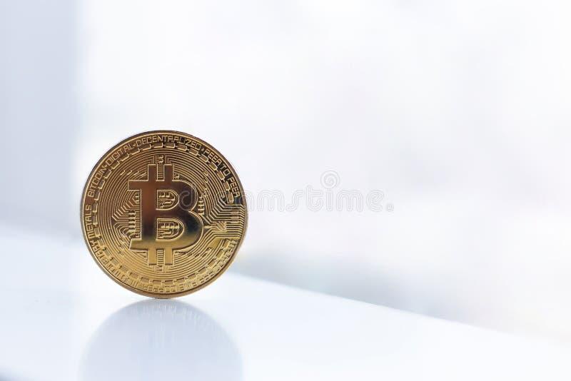goldenes bitcoin mit Kopienraum lizenzfreie stockfotografie
