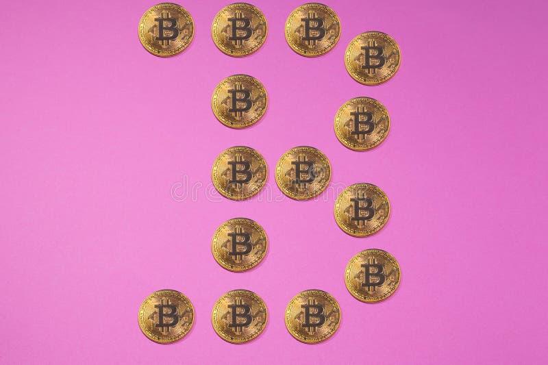 Goldenes bitcoin prägt in der Form von BITCOIN-LOGO oder in der Form von b-Buchstaben lizenzfreie stockbilder