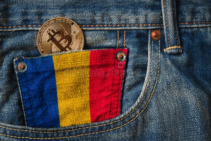 Goldenes BITCOIN u. x28; BTC& x29; cryptocurrency in der Tasche von Jeans mit lizenzfreies stockfoto