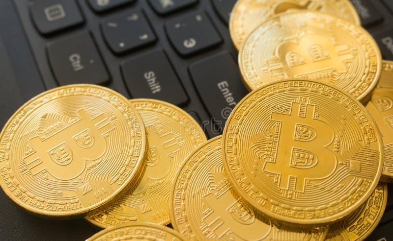 Goldenes Bitcoins auf einer Laptoptastatur Cryptocurrency lizenzfreie stockbilder