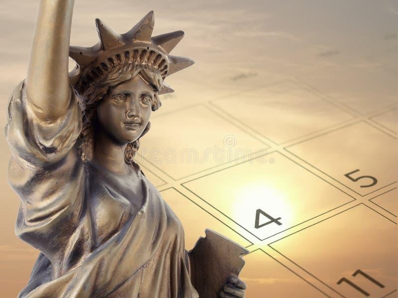 Goldenes Bronzemetallfreiheitsstatue und 4. von Juli auf Kalenderseite mit unscharfer idyllischer Art des Himmelsonnenunterganghi stockbild
