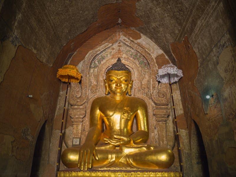Goldenes Buddha-Bild innerhalb Htilominlo-Pagode lizenzfreie stockfotografie