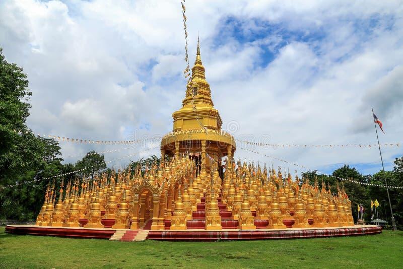 Goldenes Buddhismuspagode 500 yod am Wat PA-sawang Gabentempel, thailändisch stockfotos