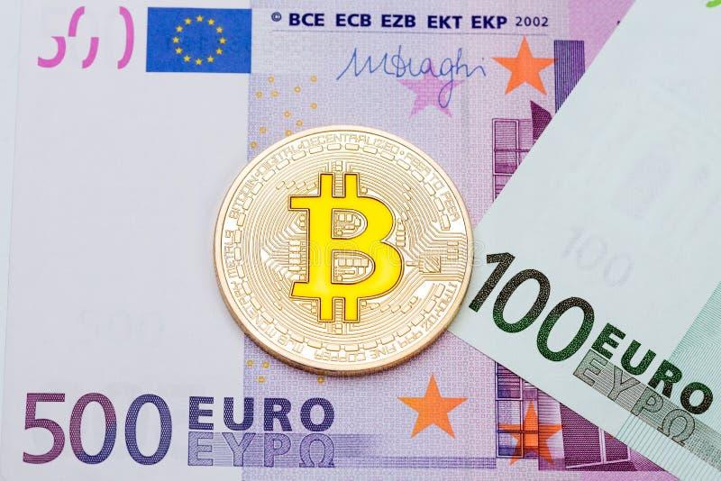 Goldenes cryptocurrency yelllow bitcoin auf Eurohintergrund lizenzfreie stockfotografie