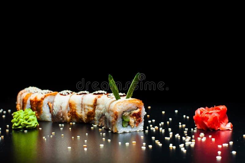 Goldenes Dragon Roll mit Aal stockbild