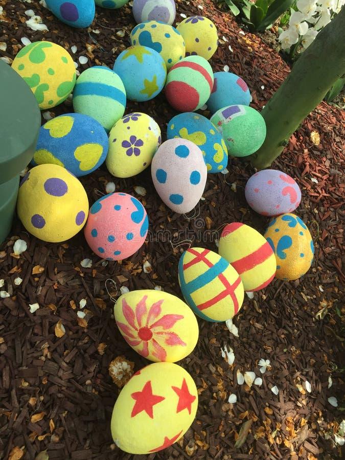 Goldenes Ei über grünem Steigungshintergrund stockbilder