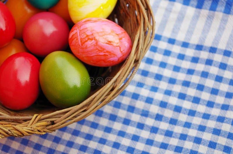 Goldenes Ei über grünem Steigungshintergrund lizenzfreies stockbild