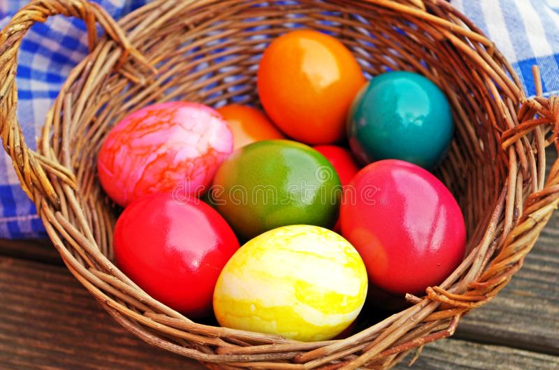 Goldenes Ei über grünem Steigungshintergrund stockbild