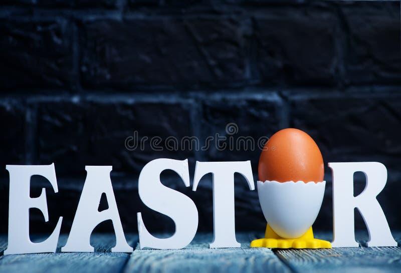 Goldenes Ei über grünem Steigungshintergrund stockfotos